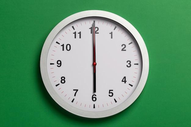 L'orologio segna le sei
