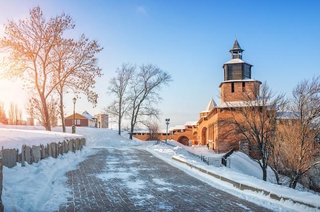 Torre dell'orologio del cremlino di nizhny novgorod alla luce