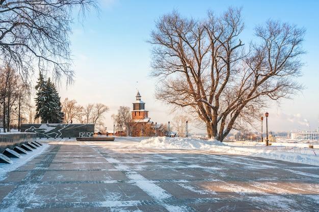 Torre dell'orologio del cremlino di nizhny novgorod e un monumento ai caduti nella guerra patriottica con fuoco eterno