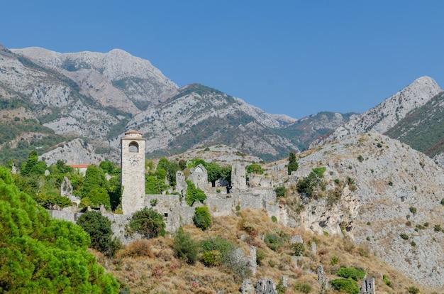 Torre dell'orologio presso il vecchio bar, montenegro