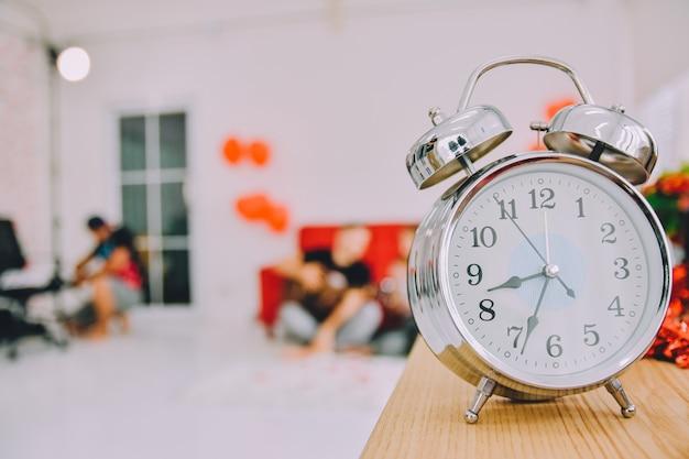 Orologio sul tavolo di legno per controllare l'ora di rimanere a casa