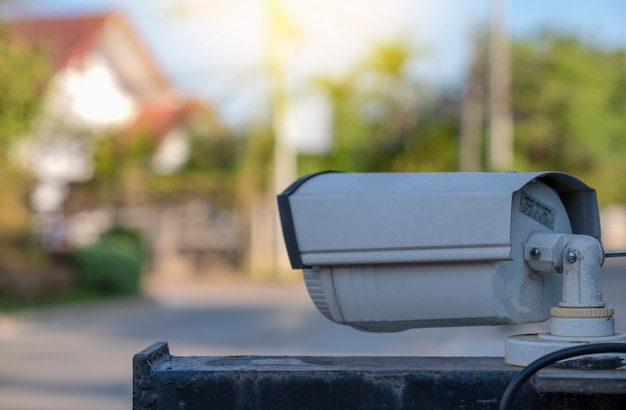 Close circuit television sono monitorati e registrati al cancello d'ingresso del villaggio