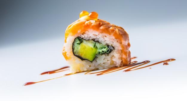 Close-uo philadelphia roll sushi con salsa di soia.