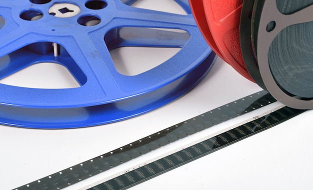 Primo piano su file di film da 16 mm con bobine di film