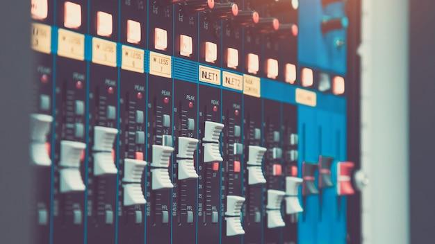 Primo piano la regolazione del volume sul mixer audio.