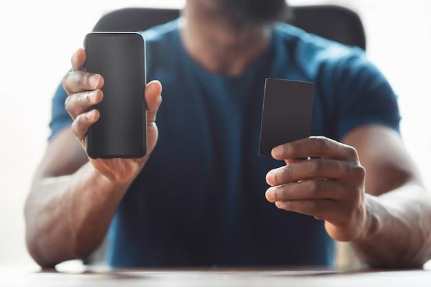 Primo piano delle mani maschili afro-americane, che lavorano in ufficio. copyspace