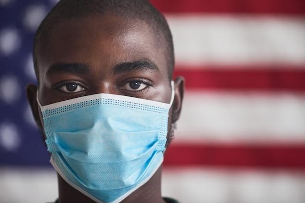 Primo piano del giovane africano in maschera protettiva