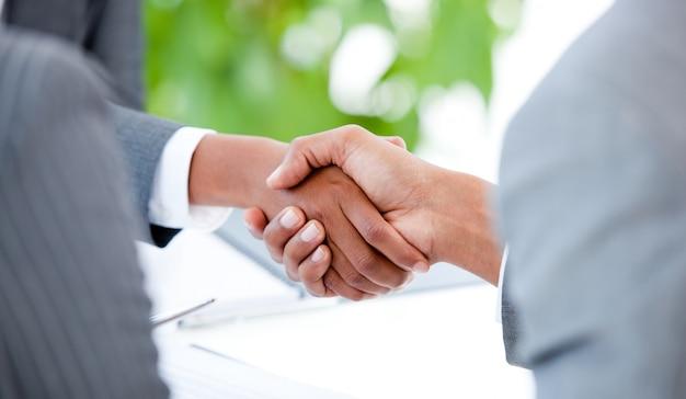 Primo piano di un accordo tra due uomini d'affari