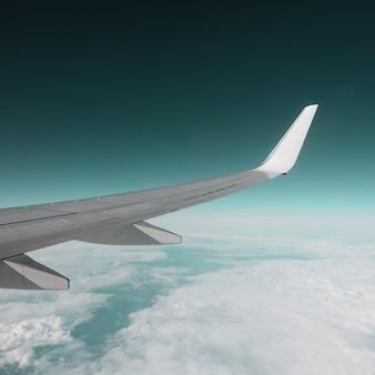 Primo piano dell'ala di aeroplano nel cielo all'orizzonte