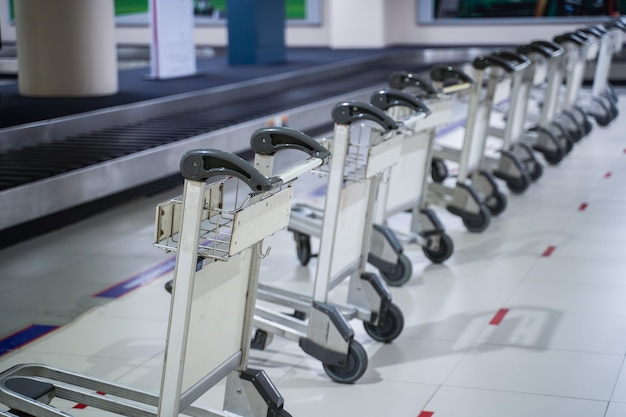 Chiuda in su del carrello dei bagagli dell'aeroporto all'aeroporto di donmuang. bangkok, tailandia