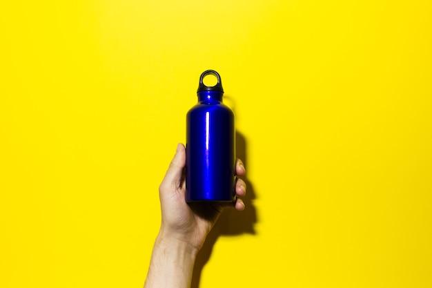 Close-up di alluminio termo eco bottiglia d'acqua in mano