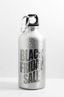 Primo piano della bottiglia d'acqua termica in alluminio con testo di vendita venerdì nero, sullo sfondo bianco.