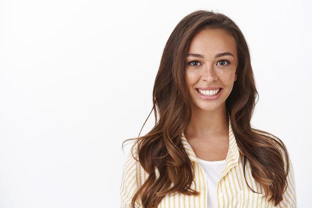 Primo piano ambizioso allegro giovane donna sorridente con le lentiggini, sorridente sorriso bianco a trentadue denti, guarda la fotocamera deliziata, sentendosi entusiasta e motivata