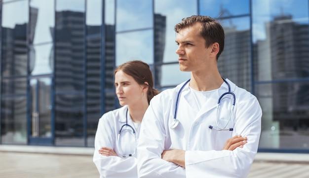 Avvicinamento. medici ambulanza in piedi su una strada cittadina.