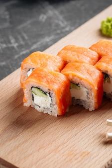 Primo piano sui rotoli di sushi americano philadelphia con salmone e crema di formaggio