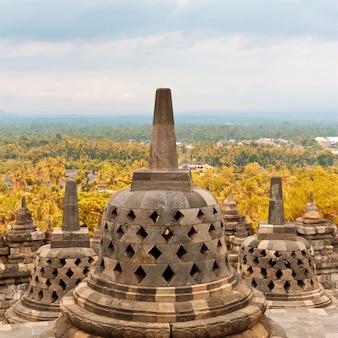 Primo piano dello stupa antico in tempio buddista di borobudur in java, indonesia