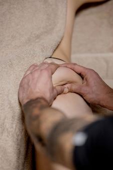 Primo piano del massaggio anticellulite per giovane donna nel centro benessere. problemi del corpo delle donne. perfetto concetto di bellezza brucia grassi della pelle.