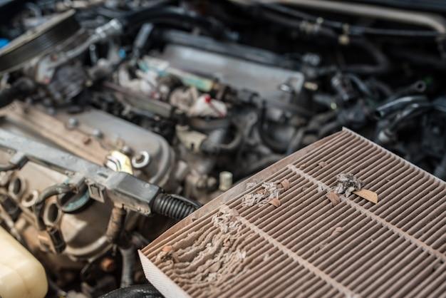Chiuda in su del filtro del condizionatore d'aria di ar nella cabina dell'automobile