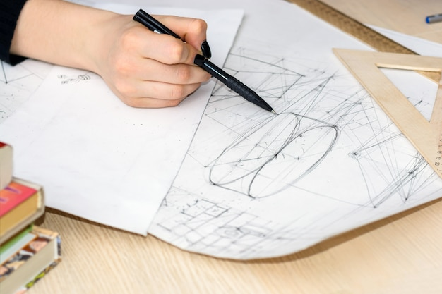 Chiuda sugli schizzi del disegno della mano dell'architetto