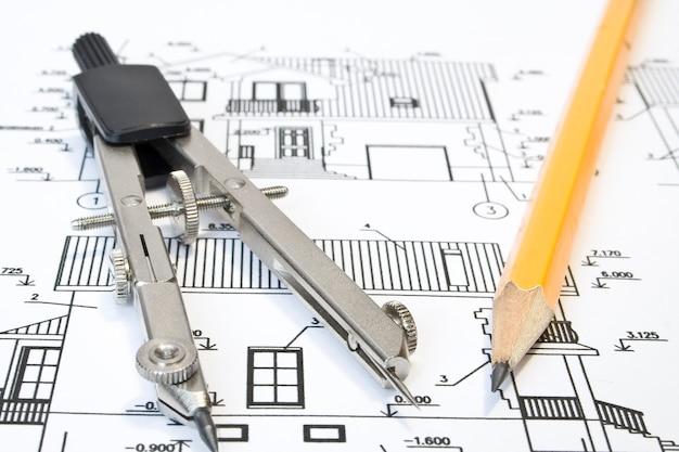Primo piano dell'architetto con progetti