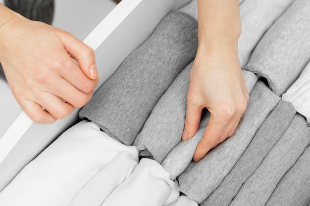 Chiudere la disposizione dei vestiti