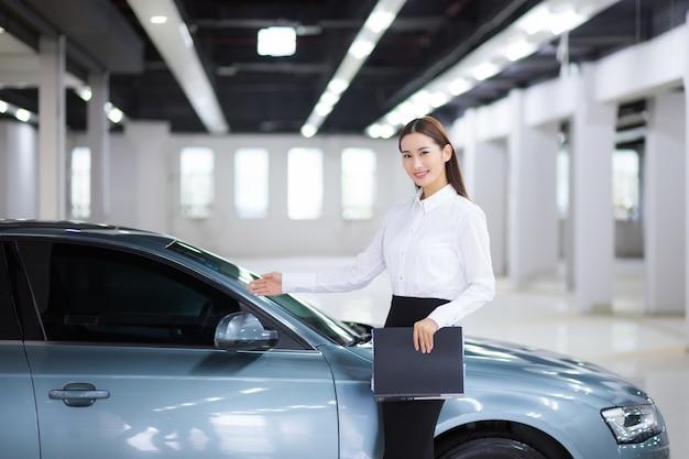 Primo piano sulla commessa asiatica nella vendita di auto auto