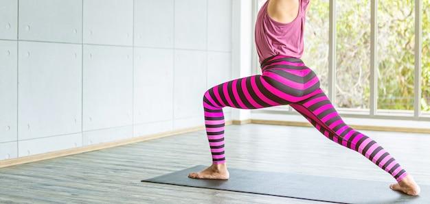Primo piano dell'allenamento di donne asiatiche che praticano l'allenamento yoga indossato abiti rosa, stile di vita benessere