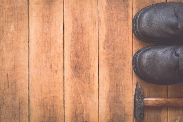 Chiuda in su degli strumenti di lavoro assortiti su fondo di legno