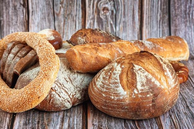 Close-up di assortimento di pane cotto sul tavolo di legno