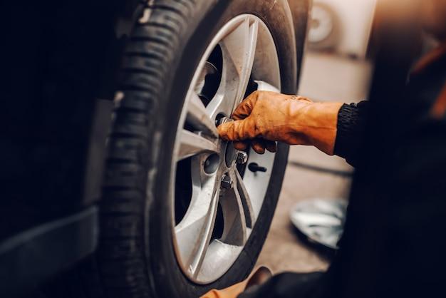 Chiuda in su del pneumatico cambio meccanico automatico in officina.