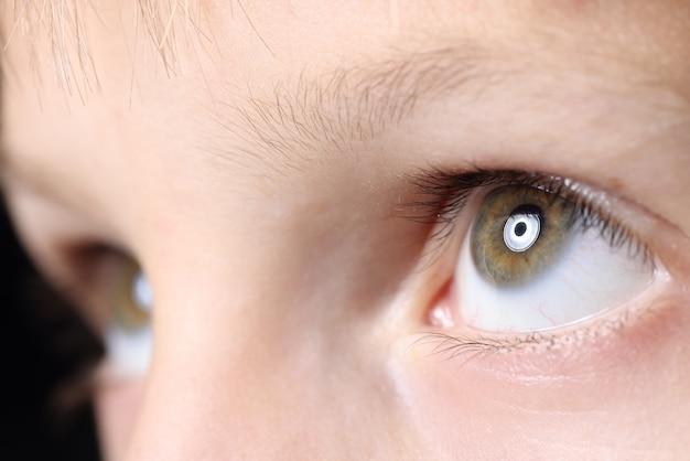 Gli occhi del bambino del primo piano guardano in su
