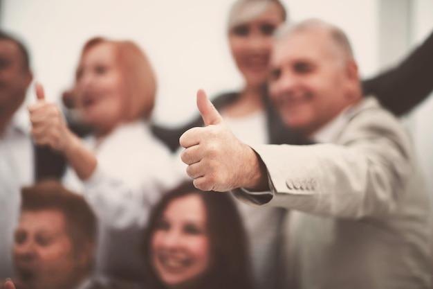 Chiudere l'immagine di sfondo di uomini d'affari con il pollice in alto