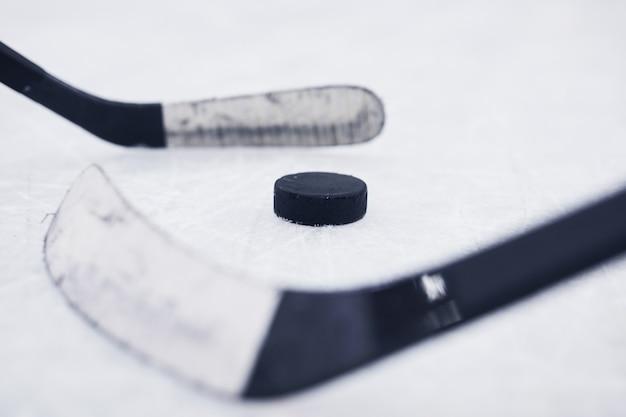 Primo piano sfondo di due club di hockey pronti per iniziare la partita sulla pista di pattinaggio
