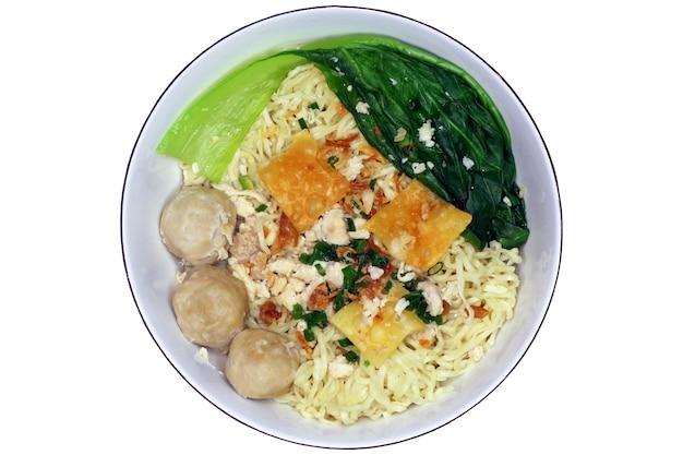 Primo piano di bakso, una polpetta con noodle, cibo tradizionale indonesiano, vista dall'alto e isolato su sfondo bianco
