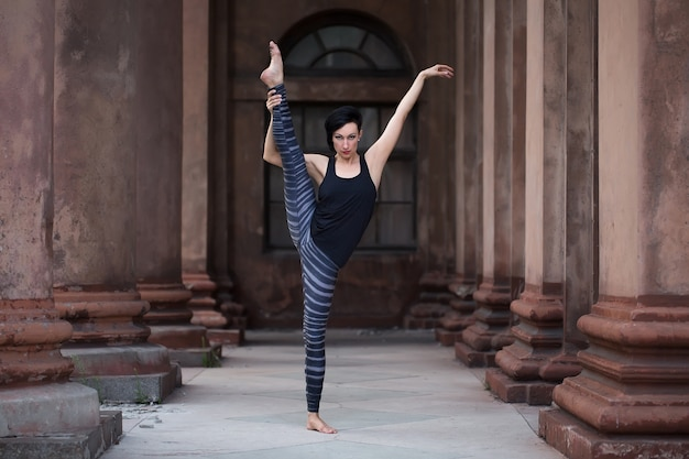 Primo piano sulla ballerina sulla strada