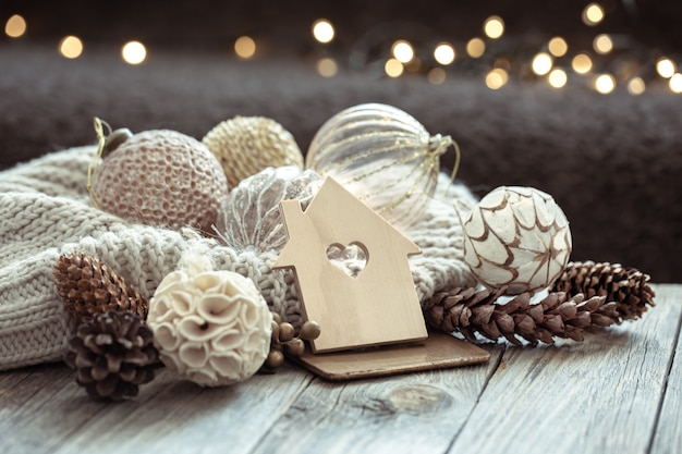 Primo piano di palline su un albero di natale e decorazioni natalizie su uno sfondo scuro sfocato con bokeh.