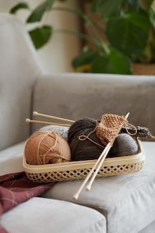 Close-up di gomitoli di lana per lavorare a maglia sul divano in camera