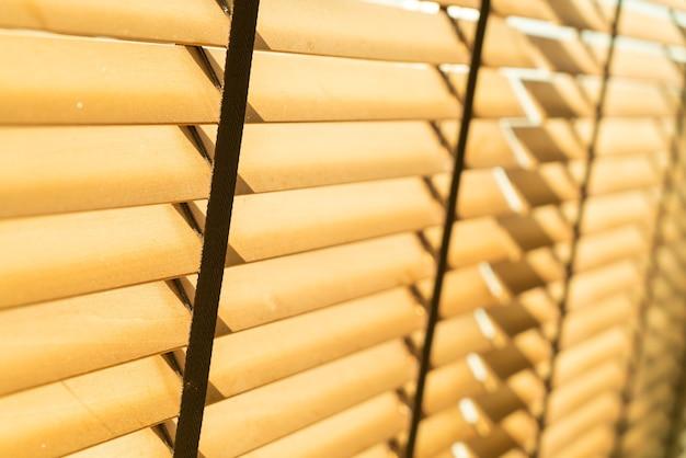Primo piano tenda di bambù, tenda di bambù, pulcino, veneziana o tenda da sole - punto di messa a fuoco morbida
