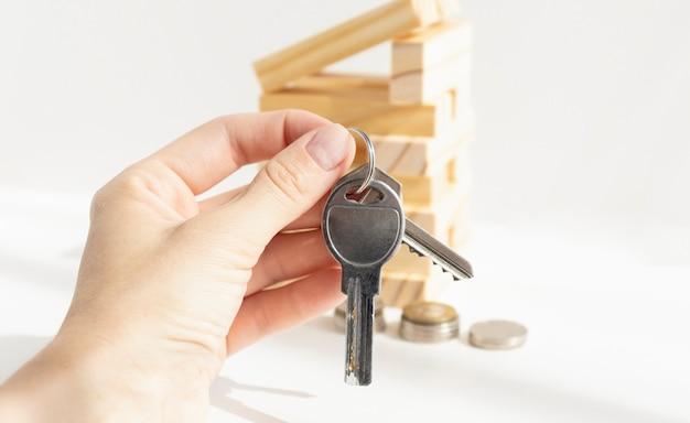 Primo piano di una bella donna araba in possesso di chiavi di casa