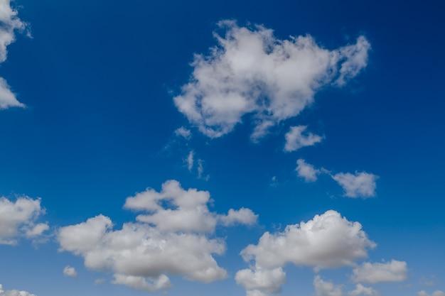 Primo piano sul bel cielo azzurro e nuvole
