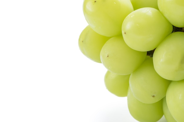 Primo piano di bella un mazzo di uva shine muscat verde isolato su sfondo bianco, percorso di clipping tagliato.
