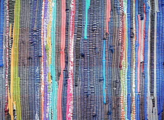 Primo piano di un bellissimo tappeto o tappeto eterogeneo fatto a mano colorato