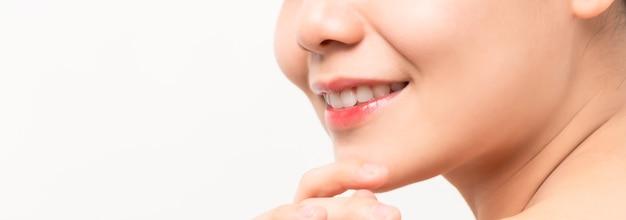 Primo piano del bel viso delle donne asiatiche con pelle fresca e pulita, sorridente con bellezza e salute.