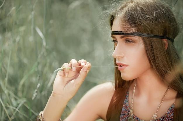 Primo piano sulla bella donna hippie