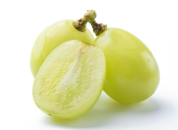 Primo piano di bella shine muscat uva verde isolato su sfondo bianco