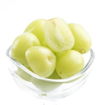 Primo piano di bella uva moscato santuario isolato su sfondo bianco