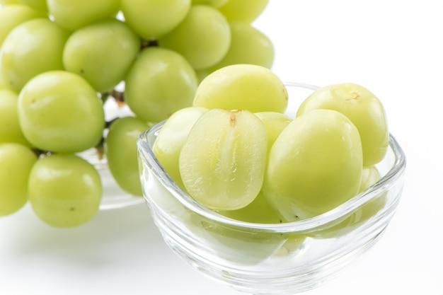 Primo piano del bellissimo santuario moscato uva verde isolato su sfondo bianco