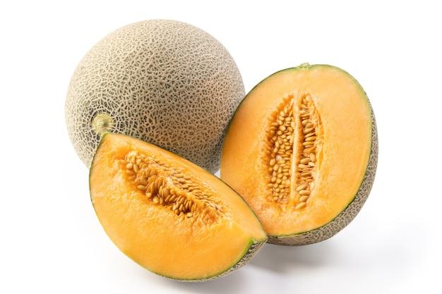 Primo piano di bella gustoso affettato succoso melone cantalupo, melone muschiato, melone rock isolato su sfondo bianco.