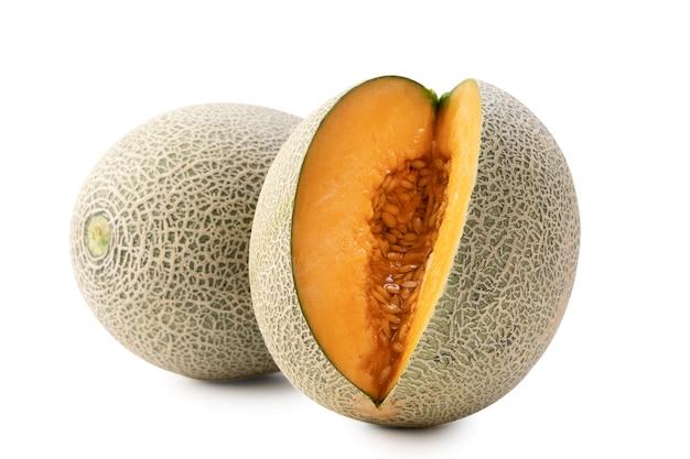 Chiuda su di bello melone di melone succoso affettato saporito, melone, melone di roccia isolato su fondo bianco.