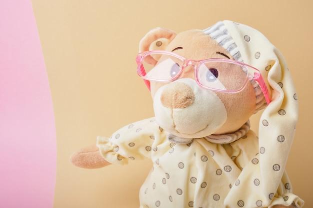 Primo piano sul bellissimo giocattolo dell'orsacchiotto in pigiama